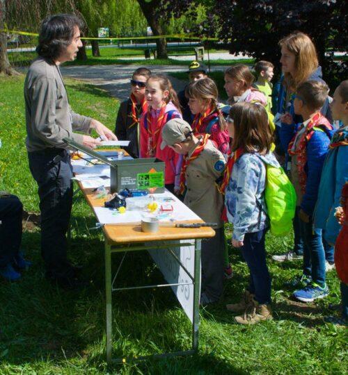 Geolovska stojnica na Taborniškem feštivaluExplaining geocaching to young scouts